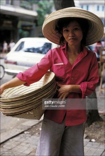 Người phụ nữ bán nón dạo.