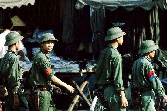 Các chiến sĩ Giải phóng đi tuần tra trên đường Lê Lợi.