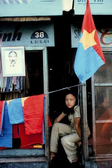 Những lá cờ được bày bán ở một hiệu may trên đường Lê Lợi.