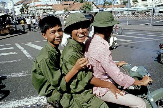 """Các chiến sĩ """"vi vu"""" trên đường phố Sài Gòn, ngã tư Nam Kỳ Khởi Nghĩa - Lê Lợi."""