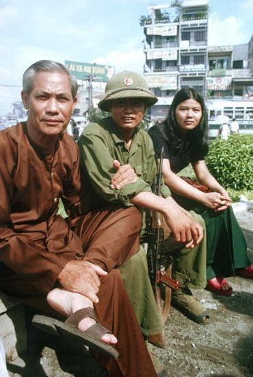 Bộ đội Giải phóng ngồi cùng người dân ở vòng xoay Ngã bảy Lý Thái Tổ.