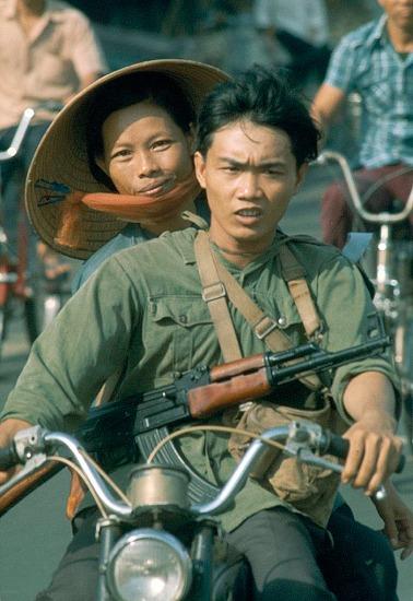 Chiến sĩ trẻ trên chiếc xe Honda.