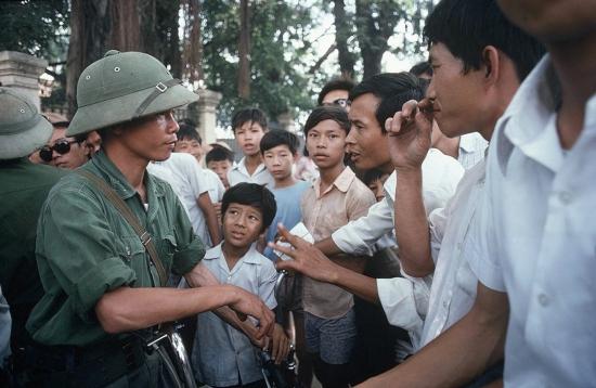 Bộ đội Giải phóng nói chuyện với dân chúng phía ngoài Dinh Độc Lập.