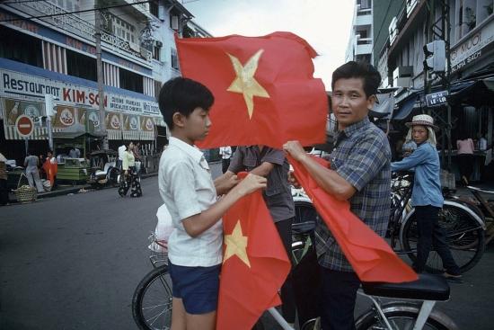 Cậu bé này đã bán được một lá cờ.