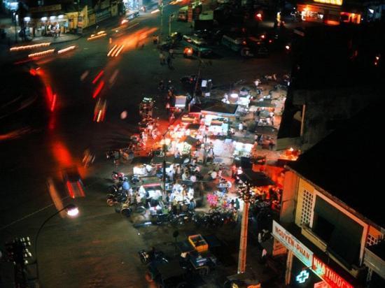 Một góc phố trung tâm Sài Gòn vào buổi đêm.