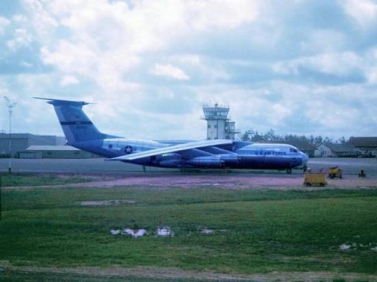 Máy bay quân sự C-141B của Mỹ tại Tân Sơn Nhất.