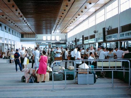 Khung cảnh trong nhà ga sân bay Tân Sơn Nhất.