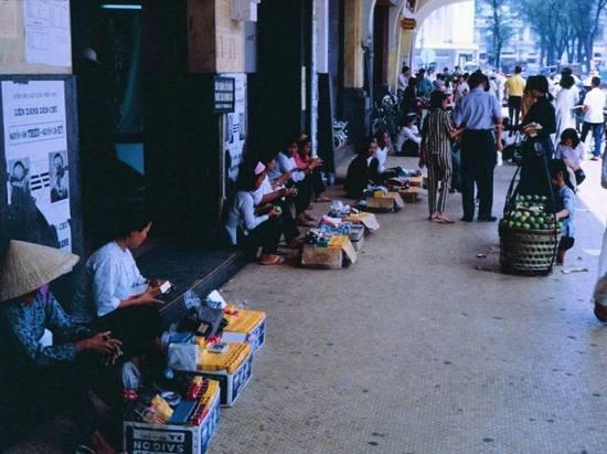 """""""Chợ đen"""" Sài Gòn, nơi bán các mặt hàng lậu với giá rẻ hơn chính hãng. Những thứ màu vàng là hộp phim Kodak."""