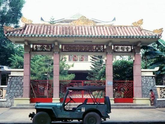 Xe jeep của lính Mỹ án ngữ trước cổng một ngôi chùa