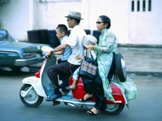 Một gia đình khá giả trên xe máy.