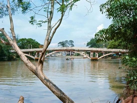 Cầu bắc qua rạch Thị Nghè.