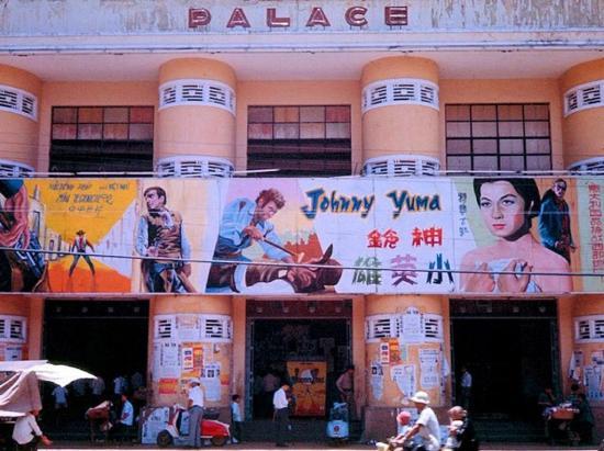 """Áp phích quảng cáo bộ phim """"Johnny Yuma"""" của Italia trước một rạp chiếu phim."""