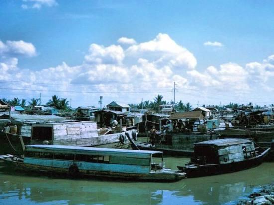 Những con thuyền trên sông Sài Gòn.