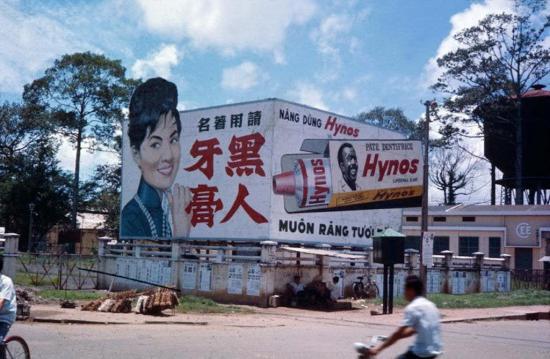 Pano quảng cáo kem đánh răng Hynos xuất hiện mọi nơi.