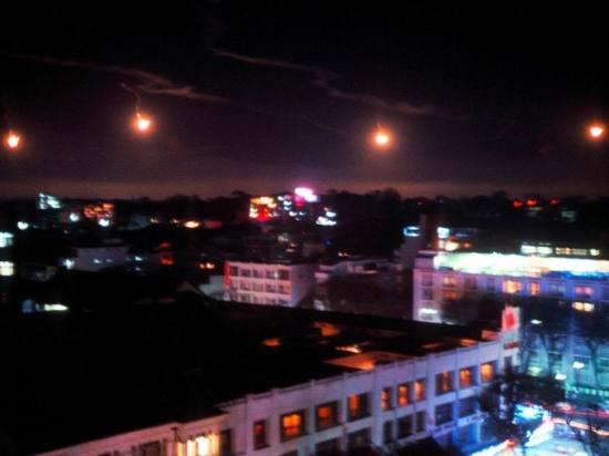 Các đốm lửa hỏa châu (pháo sáng quân sự) được phóng lên từ sân bay Tân Sơn Nhất