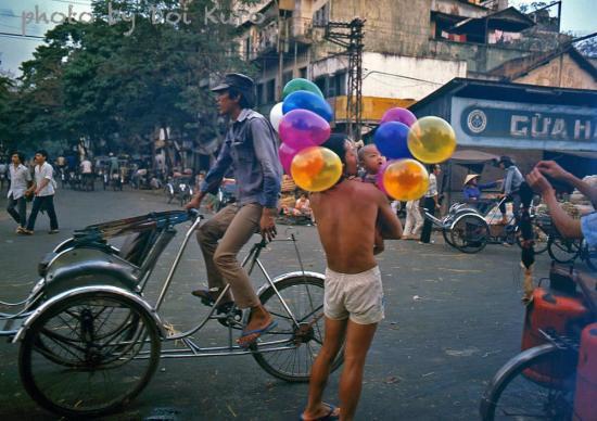 Hàng bóng bay và những người đạp xích lô, 1989.