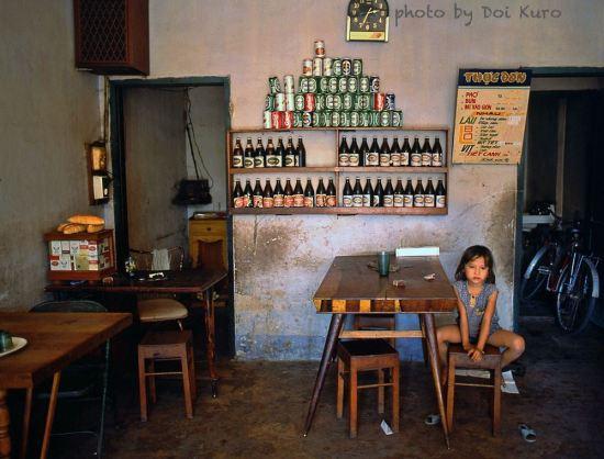 Em bé trong quán ăn, 1989.