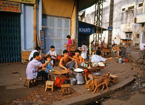 Quán ăn vỉa hè đầu đường Đề Thám, 1989.