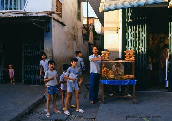 Hàng bánh mì, 1989.