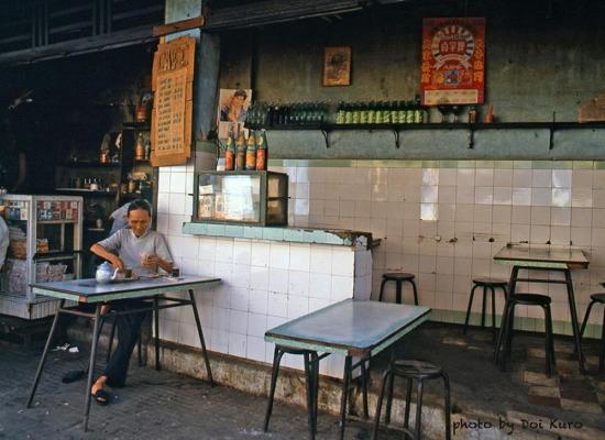 Quán cà phê ở khu Chợ Lớn, 1989.