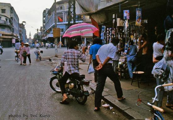 Ngã tư Trần Hưng Đạo - Phùng Hưng ở khu vực Chợ Lớn, với nhà thờ Cha Tam ở cuối đường.