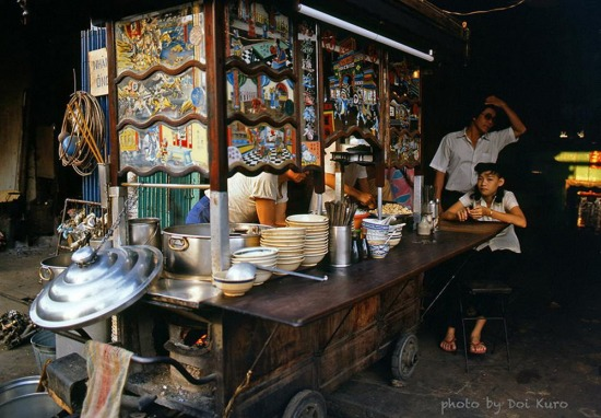 Quán mỳ hoành thánh của người Hoa ở Chợ Lớn, 1989.