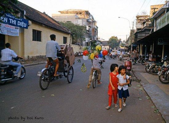 Bên ngoài trường Nguyễn Thị Diệu, đường Trần Quốc Toản, 1990.