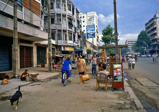Đường Trần Hưng Đạo, gần ngã ba Trần Hưng Đạo - Nguyễn Cư Trinh, 1990.