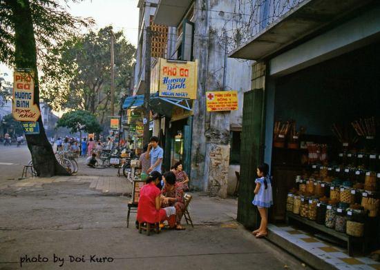 Cửa hàng bánh kẹo trên đường Hiền Vương, đoạn gần ngã 3 Duy Tân, 1990.
