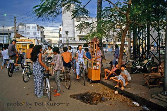 Ngã tư Trần Hưng Đạo - Đề Thám, 1990.
