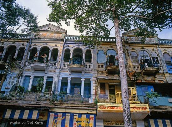 Những tòa nhà cổ kính trên đường Hồ Tùng Mậu, 1990.