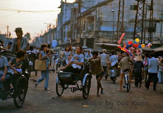 Khung cảnh nhộn nhịp lúc tan tầm trên đường Hai Bà Trưng, 1990.