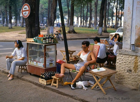 Quán cà phê vỉa hè bên công viên 30 Tháng 4, 1990.