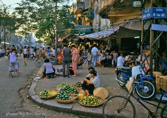Khu chợ cũ ở giao lộ Hàm Nghi - Hồ Tùng Mậu, 1990.