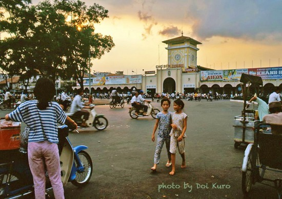 Chợ Bến Thành trong ráng chiều, 1990.