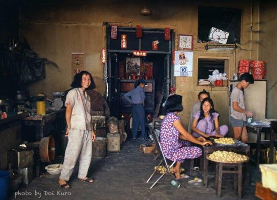 Trong một tiệm bánh của người Hoa ở Chợ Lớn, 1990.