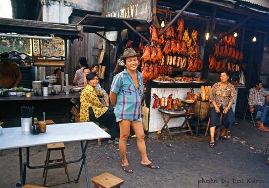 Quán mì và cửa hàng thịt quay ở Chợ Lớn, 1990.