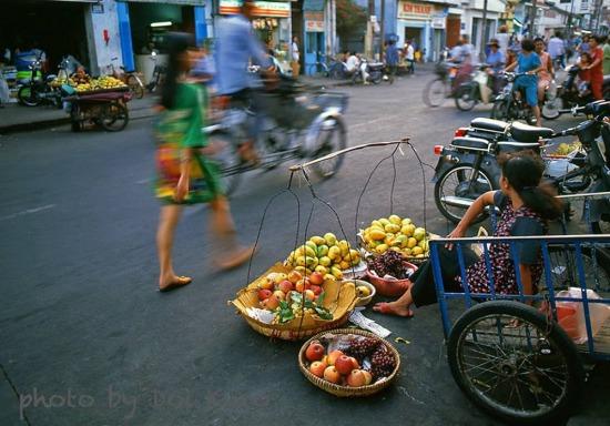 Quầy hoa quả ven đường, 1996.