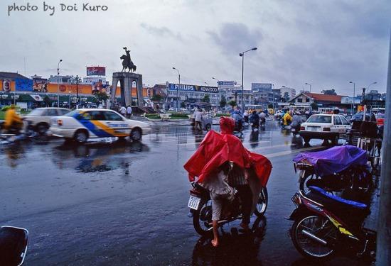 Bùng binh Quách Thị Trang trong một ngày mưa, 1996.