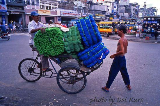 Xích lô chở hàng ở Chợ Lớn, 1997.