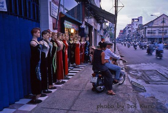 Phía ngoài một cửa hàng ở Chợ Lớn, 1997.
