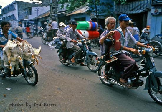 """Những chiếc xe máy """"đa năng"""" ở Chợ Lớn, 1997."""
