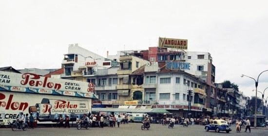 Đại lộ Lê Lợi (bên phải) và một góc chợ Bến Thành (bên trái).