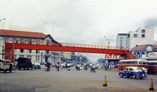 Cầu vượt bộ hành nối bùng binh Quách Thị Trang với bến xe buýt trước chợ Bến Thành.