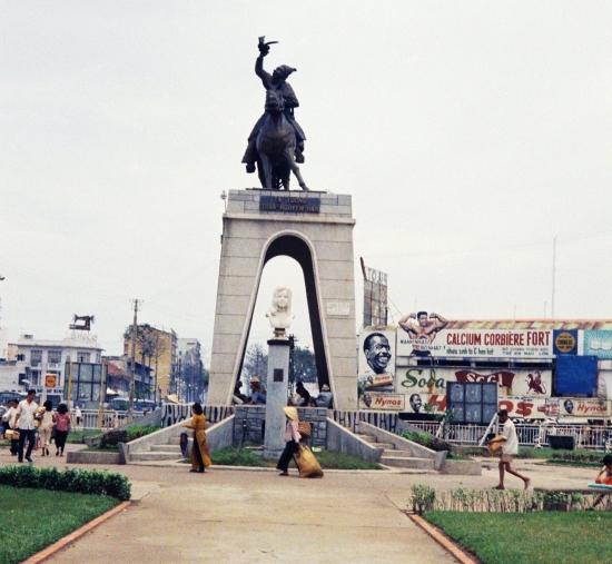 Tượng đài nữ Phật tử Quách Thị Trang và danh tướng Trần Nguyên Hãn trước chợ Bến Thành.