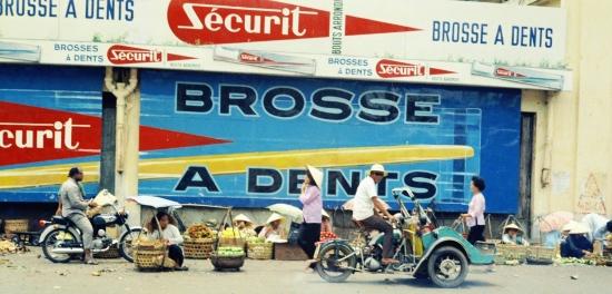 Những pa-nô quảng cáo cỡ lớn ở đường Phan Châu Trinh, cửa Tây chợ Bến Thành.