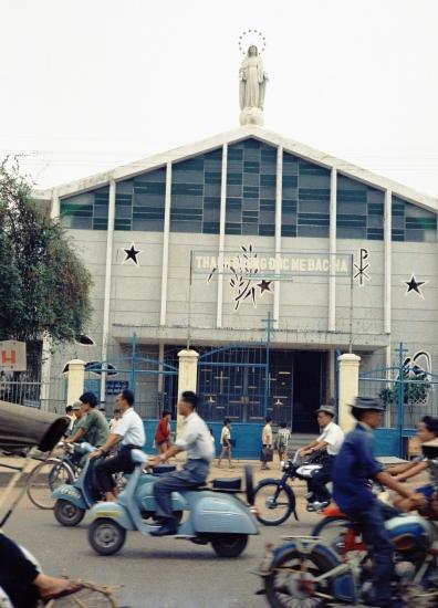 Nhà thờ Bắc Hà trên đường Lý Thái Tổ.
