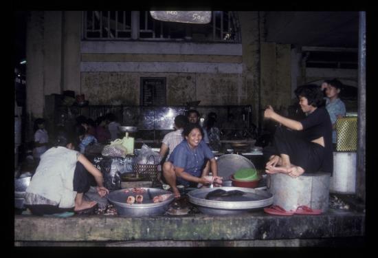 Các bà bán cá trong chợ Bến Thành.