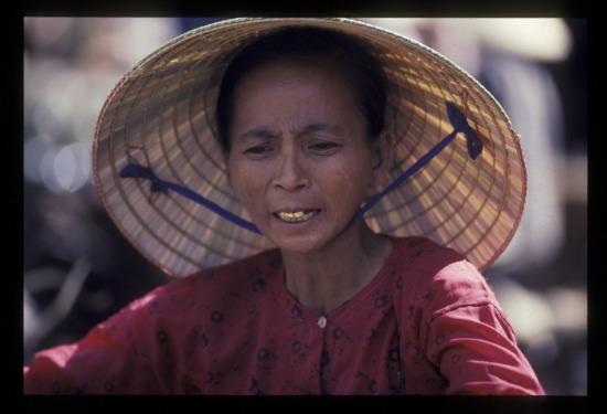 Một người phụ nữ bán hàng rong trên đường Nguyễn Thái Học.