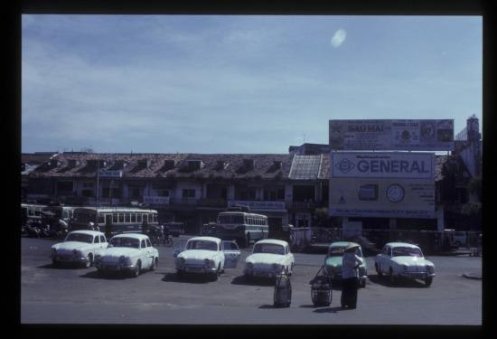 Bến xe trước chợ Bến Thành.